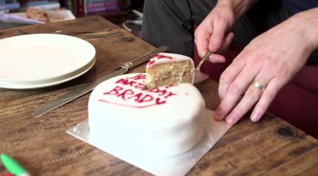 Este é o caminho para a maioria das pessoas ao cortar um bolo e servi-lo aos seus amigos e familiares, ou seja; o modo tradicional.