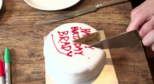 O que é ótimo, mas isso significa que, se você comer o bolo todo de uma só vez, o bolo exposto fica seco e duro, quando então você resolve comê-lo mais tarde.