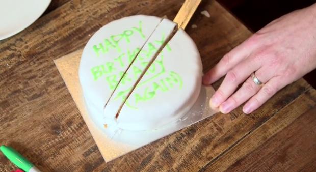 Usando um artigo publicado na Nature revista em 1906, Bellos revela esta é a maneira que você deve realmente cortar o bolo, se você quer que ele fique fresco.