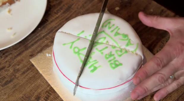 Então agora você sabe como cortar o bolo e mantê-lo com a mesma textura que tinha antes de cortar.