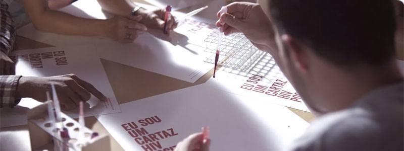 Polêmica: Cartaz contém sangue HIV- positivo. Quando as pessoas leem ficam instantaneamente tocadas.
