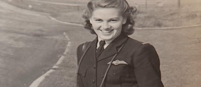 Um piloto feminino de caça de com 92 anos de idade que lutou na Segunda Guerra Mundial voa seu avião pela primeira vez após 70 anos.