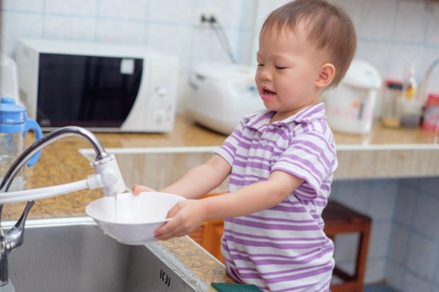 Filhos podem ajudar nas tarefas de casa – lista que pode ser feita conforme a idade