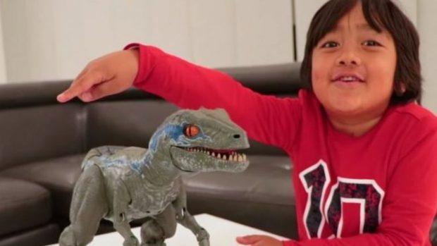 Garoto de 7 anos ganha US$ 22 milhões e é youtuber mais bem pago do mundo