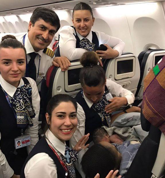 Mulher dá à luz durante voo com ajuda do marido