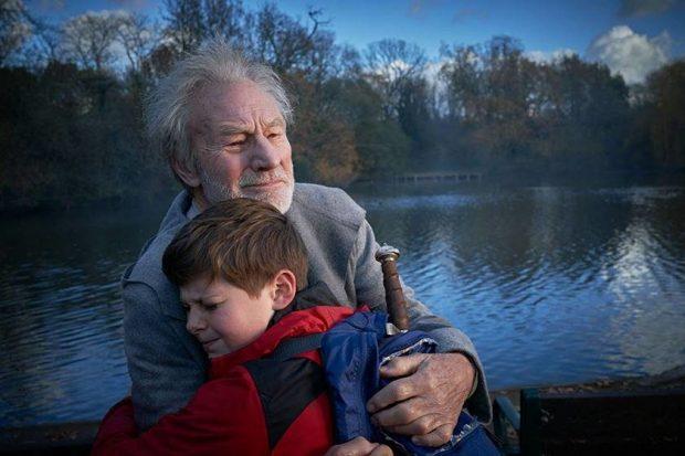 """Nova filmagem """"O Menino Que Queria Ser Rei"""" lembra clássico Rei Arthur de um jeito mais moderno"""