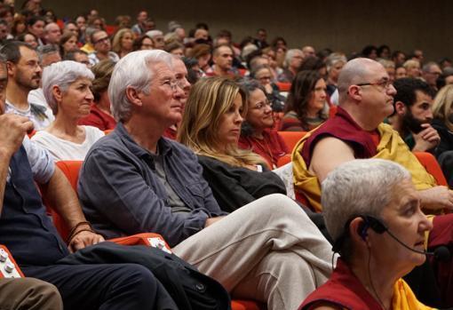 Esses 12 famosos são budistas e quase ninguém sabia